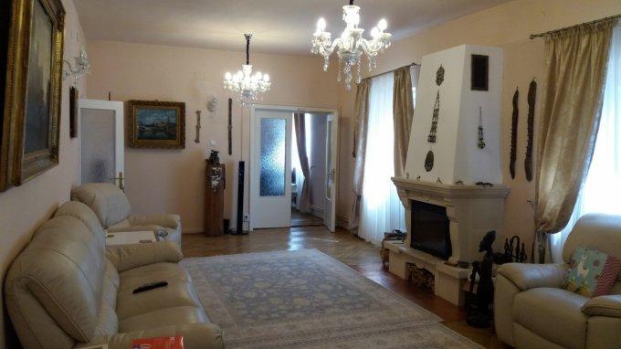 Vila de vanzare direct de la agentie imobiliara, in Bucuresti, zona Baneasa, cu 900.000 euro. 3  balcoane, 4 grupuri sanitare, suprafata utila 600 mp. Are 1 etaj si 12 camere.