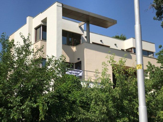 Vila de vanzare cu 9 camere, cu 5 grupuri sanitare, suprafata utila 550 mp. Suprafata terenului 650 metri patrati, deschidere 15 metri. Pret: 840.000 euro. Vila