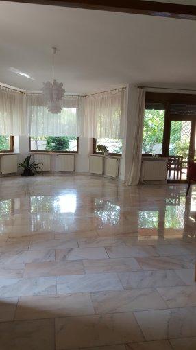 Vila cu 2 etaje, 8 camere, 4 grupuri sanitare, avand suprafata utila 400 mp. Pret: 2.850 euro negociabil. proprietar inchiriere Vila.