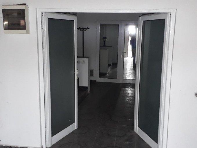 Colentina Bucuresti vila cu 15 camere, 2 etaje, 11 grupuri sanitare, cu suprafata utila de 400 mp, suprafata teren 163 mp si deschidere de 9 metri. In orasul Bucuresti, zona Colentina.