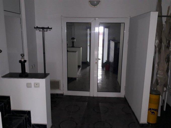 Vila de vanzare direct de la proprietar, in Bucuresti, zona Colentina, cu 189.000 euro negociabil. 11 grupuri sanitare, suprafata utila 400 mp. Are 2 etaje si 12 camere.