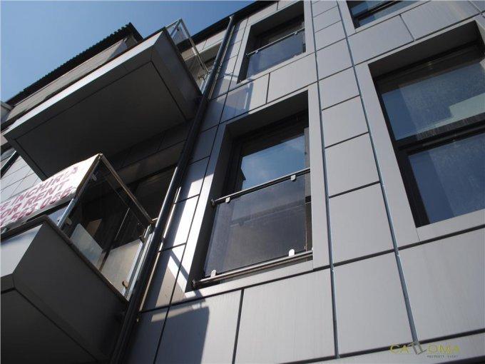 Vila de inchiriat direct de la agentie imobiliara, in Bucuresti, zona Dorobanti, cu 2.500 euro. 3 grupuri sanitare, suprafata utila 240 mp. Are 3 etaje si 4 camere.
