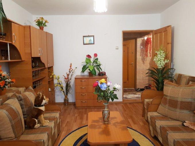 Apartament de vanzare in Pogoanele cu 2 camere, cu 1 grup sanitar, suprafata utila 50 mp. Pret: 20.000 euro negociabil. Usa intrare: Aluminiu. Usi interioare: Lemn.