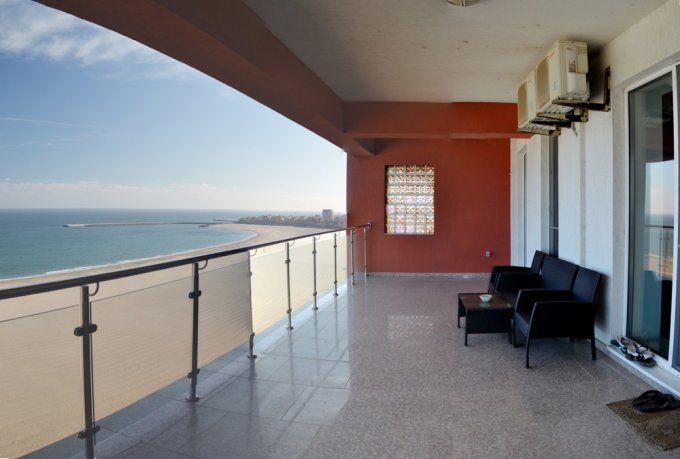 Apartament inchiriere Faleza Nord cu 2 camere, etajul 4 / 6, 2 grupuri sanitare, cu suprafata de 130 mp. Constanta, zona Faleza Nord. Mobilat modern.