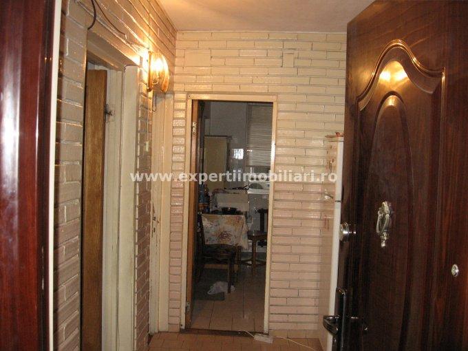 vanzare apartament cu 3 camere, semidecomandat-circular, in zona Far, orasul Constanta