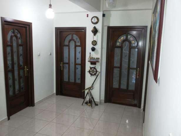 Apartament de vanzare in Constanta cu 3 camere, cu 2 grupuri sanitare, suprafata utila 130 mp. Pret: 135.000 euro negociabil.