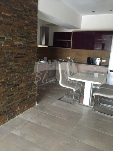 Apartament de inchiriat in Constanta cu 3 camere, cu 2 grupuri sanitare, suprafata utila 100 mp. Pret: 900 euro negociabil.