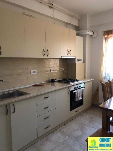 Apartament inchiriere Casa de Cultura cu 3 camere, etajul 1 / 4, 2 grupuri sanitare, cu suprafata de 85 mp. Constanta, zona Casa de Cultura. Mobilat modern.