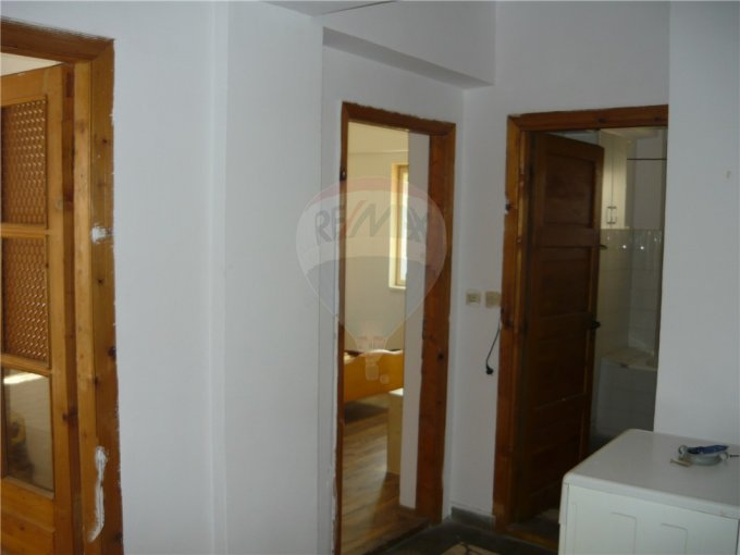 vanzare apartament cu 3 camere, decomandat, in zona Delfinariu, orasul Constanta