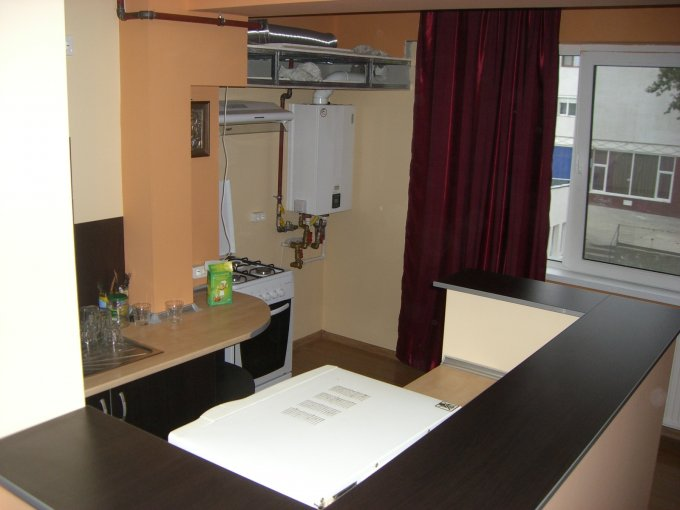Apartament de inchiriat in Constanta cu 3 camere, cu 2 grupuri sanitare, suprafata utila 89 mp. Pret: 500 euro negociabil. Usa intrare: Metal. Usi interioare: PVC. Mobilat modern.