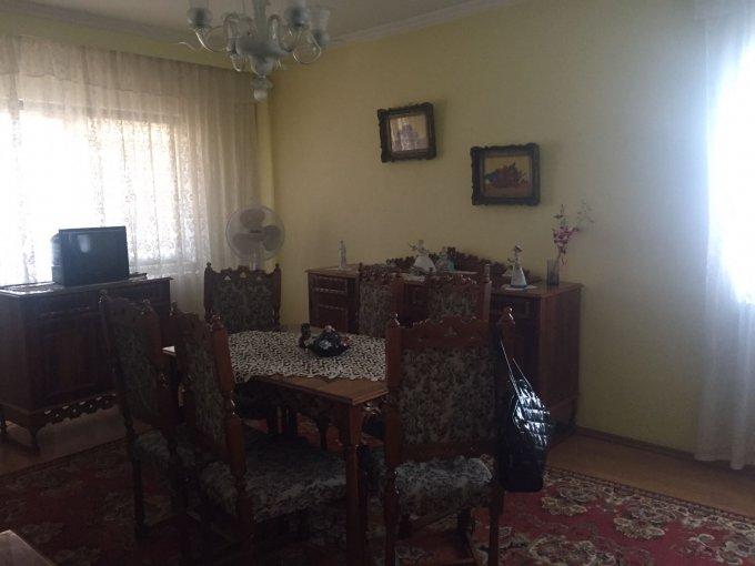 Apartament de vanzare in Constanta cu 4 camere, cu 2 grupuri sanitare, suprafata utila 91.18 mp. Pret: 89.000 euro negociabil. Usa intrare: Metal. Usi interioare: Lemn.