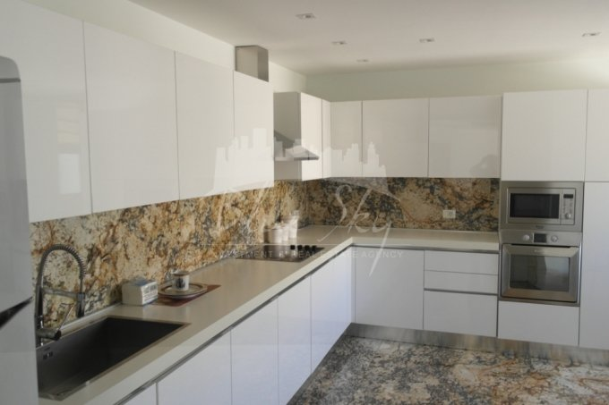 Apartament de inchiriat in Constanta cu 5 camere, cu 2 grupuri sanitare, suprafata utila 276 mp. Pret: 1.800 euro negociabil.