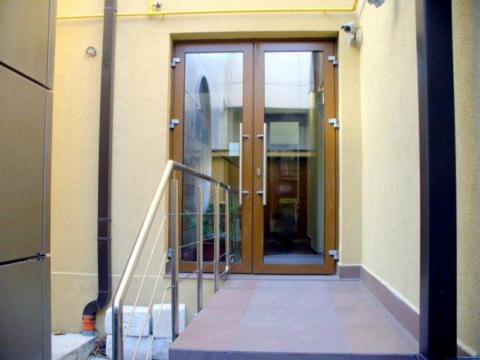 Birou de inchiriat direct de la agentie imobiliara, in Constanta, zona Centru, cu 1.800 euro. 1  balcon, 3 grupuri sanitare, suprafata utila 180 mp. Nemobilat.