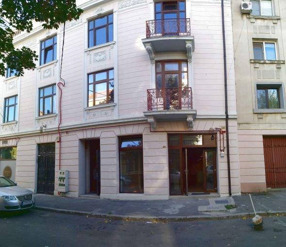 Birou de inchiriat direct de la agentie imobiliara, in Constanta, zona Centru, cu 800 euro negociabil. 2  balcoane, 2 grupuri sanitare, suprafata utila 100 mp. Nemobilat.