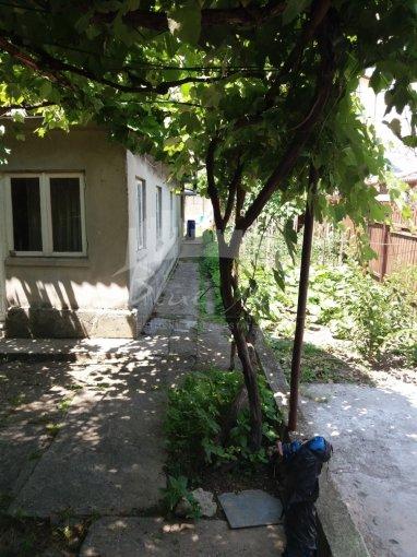 Casa de vanzare in Constanta cu 3 camere, cu 1 grup sanitar, suprafata utila 80 mp. Suprafata terenului 430 metri patrati, deschidere 13 metri. Pret: 129.000 euro negociabil. Casa