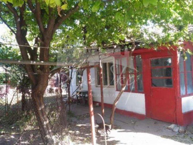 Bratianu Constanta casa cu 3 camere, 1 grup sanitar, cu suprafata utila de 66 mp, suprafata teren 228 mp si deschidere de 15 metri. In orasul Constanta Bratianu.