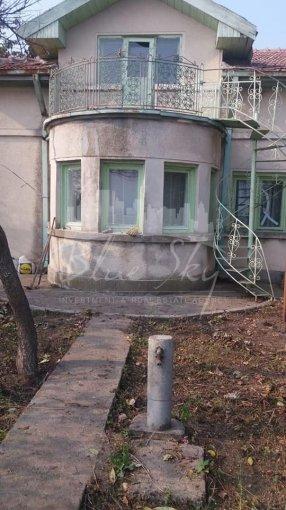 Casa de vanzare in Constanta cu 3 camere, cu 1 grup sanitar, suprafata utila 73 mp. Suprafata terenului 240 metri patrati, deschidere 11 metri. Pret: 300.000 euro negociabil. Casa