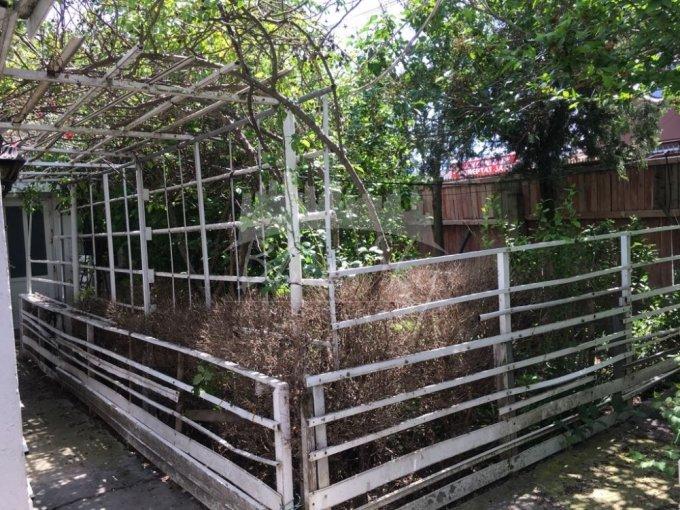 Casa de vanzare in Constanta cu 4 camere, cu 1 grup sanitar, suprafata utila 78 mp. Suprafata terenului 311 metri patrati, deschidere 300 metri. Pret: 140.000 euro negociabil. Casa