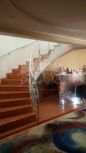 Faleza Nord Constanta casa cu 4 camere, 1 grup sanitar, cu suprafata utila de 290 mp, suprafata teren 285 mp si deschidere de 13 metri. In orasul Constanta Faleza Nord.