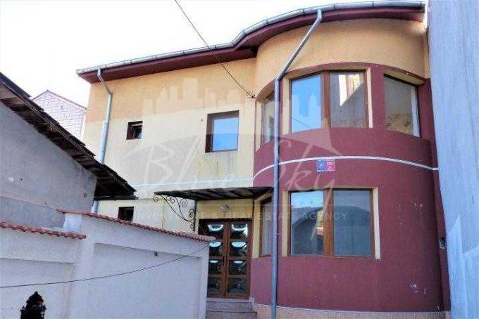 Casa de vanzare in Constanta cu 4 camere, cu 1 grup sanitar, suprafata utila 180 mp. Suprafata terenului 200 metri patrati, deschidere 4 metri. Pret: 151.000 euro negociabil. Casa