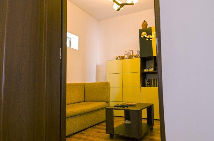 Casa de vanzare in Constanta cu 5 camere, cu 2 grupuri sanitare, suprafata utila 125 mp. Suprafata terenului 200 metri patrati, deschidere 10 metri. Pret: 159.000 euro negociabil. Usa intrare: PVC. Usi interioare: Lemn. Casa