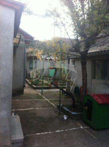 Casa de vanzare in Constanta cu 5 camere, cu 1 grup sanitar, suprafata utila 160 mp. Suprafata terenului 300 metri patrati, deschidere 15 metri. Pret: 150.000 euro negociabil. Casa
