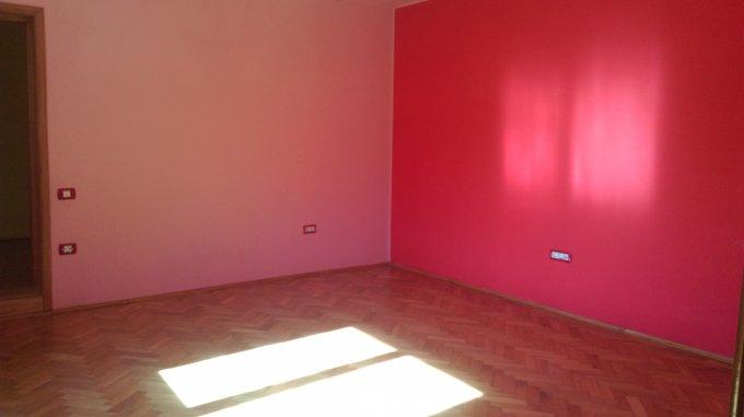 Casa de vanzare direct de la agentie imobiliara, in Constanta, zona Tomis 2, cu 180.000 euro negociabil. 1  balcon, 2 grupuri sanitare, suprafata utila 200 mp. Are  6 camere.