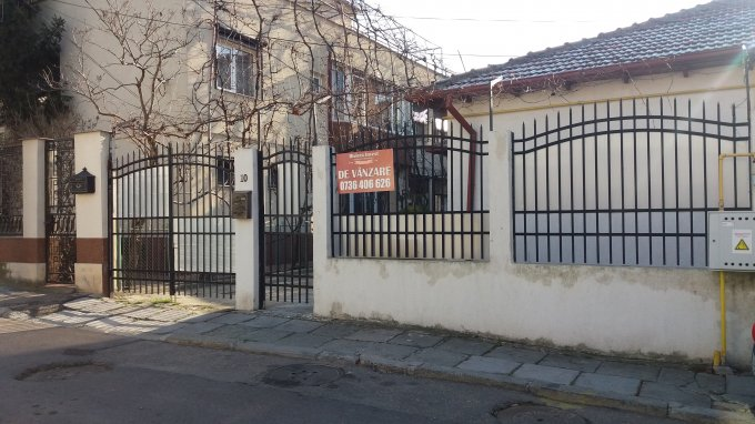 Casa de vanzare in Constanta cu 6 camere, cu 4 grupuri sanitare, suprafata utila 140 mp. Suprafata terenului 244 metri patrati, deschidere 9 metri. Pret: 145.000 euro negociabil. Casa