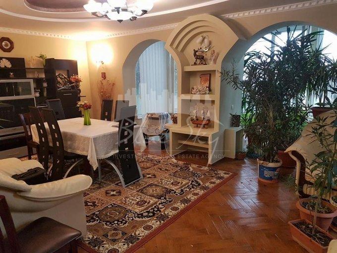 Casa de vanzare in Constanta cu 7 camere, cu 1 grup sanitar, suprafata utila 260 mp. Suprafata terenului 1000 metri patrati, deschidere 16 metri. Pret: 345.000 euro negociabil. Casa