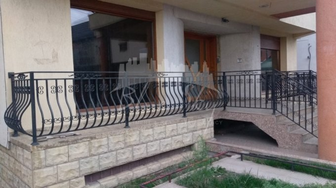 Casa de inchiriat direct de la agentie imobiliara, in Lazu, cu 600 euro negociabil. 1 grup sanitar, suprafata utila 600 mp. Are  8 camere.