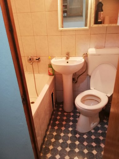 Garsoniera vanzare CET etajul 1 din 2 etaje, 1 grup sanitar, cu suprafata de 25 mp. Constanta, zona CET.