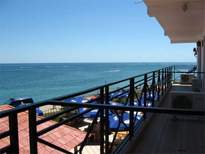 Cazare Costinesti Vara 2020, conditii de 4* cu Vedere la Mare, la Pensiunea Trident  Pensiunea Trident este la 1 minut pe jos față de plajă. Situată chiar pe plaja din Costinești, Pensiunea Trident Costinești oferă camere cu aer condiționat și WiFi grat