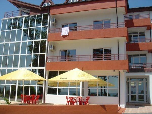 Mini hotel / Pensiune de vanzare, cu 30 dormitoare, 30 camere, cu 30 grupuri sanitare, suprafata utila 1324 mp. Suprafata terenului 1137 metri patrati, deschidere 30 metri. Pret: 750.000 euro. Usi interioare: Lemn.