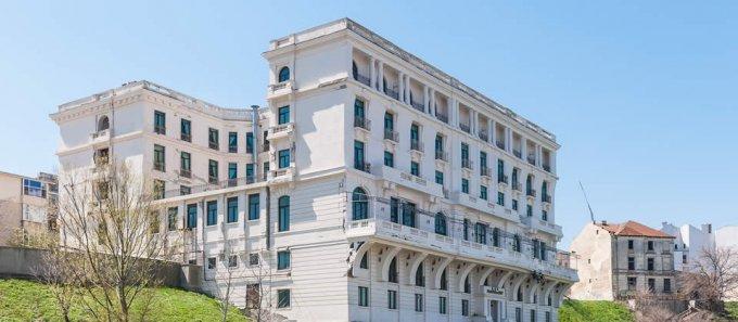 Mini hotel / Pensiune cu 99 camere, 3 etaje, cu suprafata utila de 5751 mp, 105 grupuri sanitare, 100  balcoane. 1.000 euro negociabil. Destinatie: Birou, Comercial, Vacanta, Centru de afaceri, (mini) Hotel / Pensiune. Mini hotel / Pensiune Peninsula Cons