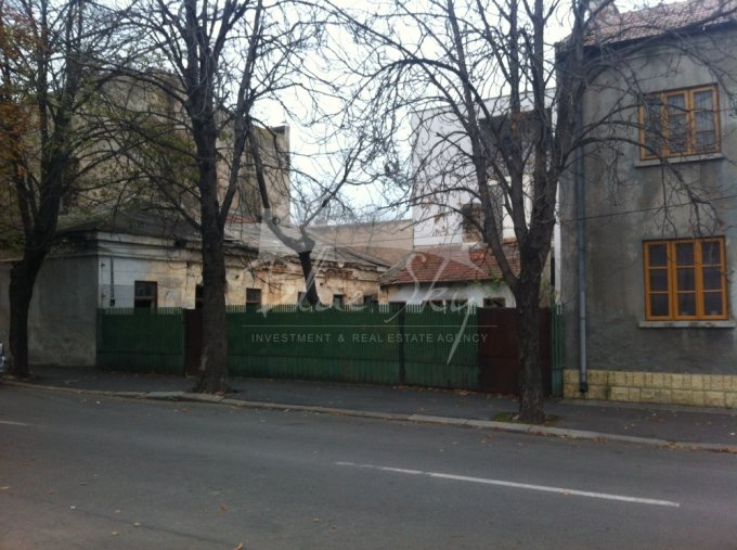Teren intravilan de vanzare in Constanta, zona Centru. Suprafata terenului 320 metri patrati, deschidere 20 metri. Pret: 150.000 euro.