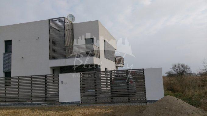 Teren intravilan de vanzare direct de la agentie imobiliara, in Constanta, zona Sat Vacanta, cu 60.000 euro negociabil. Suprafata de teren 600 metri patrati cu deschidere de 18 metri.