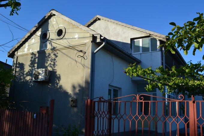 Vila de vanzare direct de la agentie imobiliara, in Lazu, cu 170.000 euro negociabil. 1  balcon, 1 grup sanitar, suprafata utila 180 mp. Are 1 etaj si 6 camere.