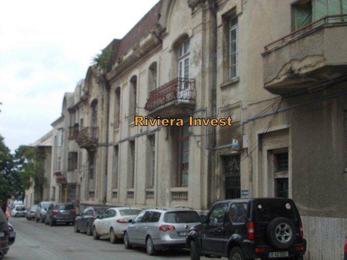 Vila de vanzare direct de la agentie imobiliara, in Constanta, zona Piata Ovidiu, cu 700.000 euro. 2  balcoane, 3 grupuri sanitare, suprafata utila 1600 mp. Are 1 etaj si 20 camere.