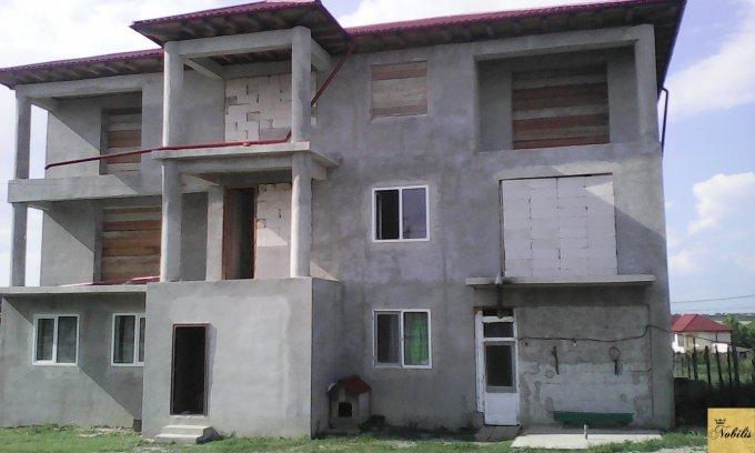 Vila de vanzare direct de la agentie imobiliara, in Valu lui Traian, cu 170.000 euro negociabil. 3  balcoane, 3 grupuri sanitare, suprafata utila 660 mp. Are 1 etaj si 14 camere.