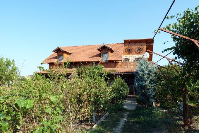 Vila de vanzare direct de la agentie imobiliara, in Topraisar, cu 100.000 euro negociabil. 1  balcon, 2 grupuri sanitare, suprafata utila 161 mp. Are 1 etaj si 4 camere.
