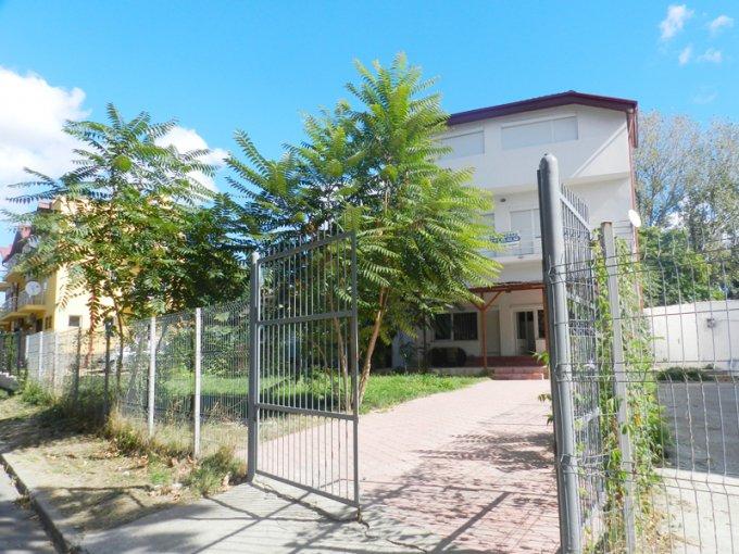 Vila de vanzare direct de la agentie imobiliara, in Eforie Nord, cu 135.000 euro negociabil. 2  balcoane, 3 grupuri sanitare, suprafata utila 195 mp. Are 1 etaj si 4 camere.