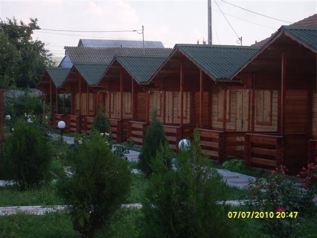 Vila de vanzare direct de la proprietar, in 2 Mai, cu 130.000 euro. 9  balcoane, 9 grupuri sanitare, suprafata utila 220 mp. Are 1 etaj si 9 camere.