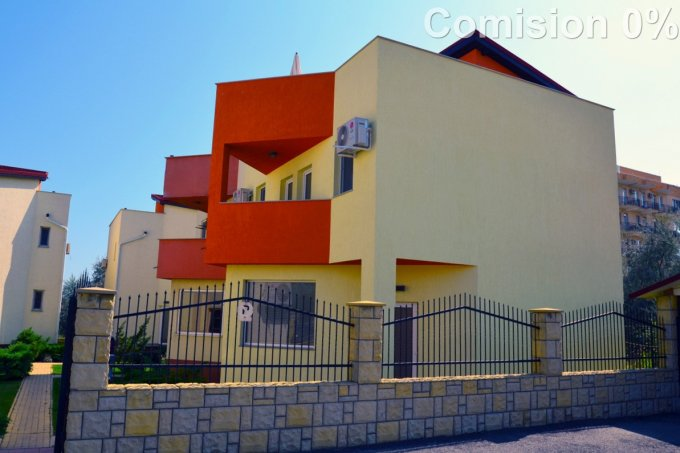 Vila de vanzare cu 3 camere, cu 3 grupuri sanitare, suprafata utila 94 mp. Suprafata terenului 151 metri patrati, deschidere 13 metri. Pret: 135.000 euro. Vila