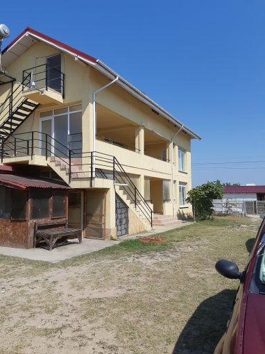 Vila de vanzare direct de la proprietar, in Vama Veche, zona Sud, cu 260.000 euro negociabil. 1  balcon, 9 grupuri sanitare, suprafata utila 330 mp. Are 1 etaj si 9 camere.