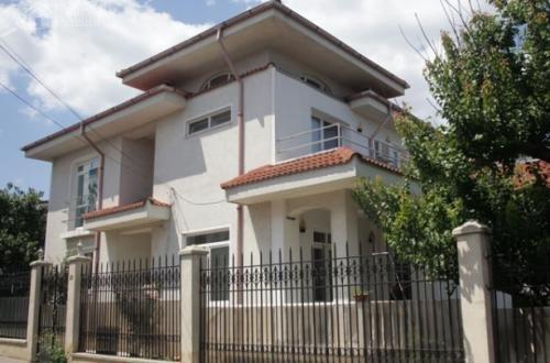 Vila cu 1 etaj, 4 camere, 3 grupuri sanitare, avand suprafata utila 250 mp. Pret: 230.000 euro negociabil. proprietar vanzare Vila.