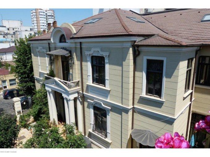 Centru Constanta vila cu 10 camere, 2 etaje, 5 grupuri sanitare, cu suprafata utila de 430 mp, suprafata teren 465 mp si deschidere de 18 metri. In orasul Constanta, zona Centru.