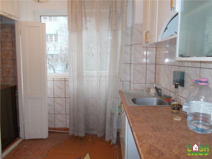 Apartament de vanzare direct de la agentie imobiliara, in Targoviste, in zona Micro 4, cu 25.000 euro. 1 grup sanitar, suprafata utila 50 mp.