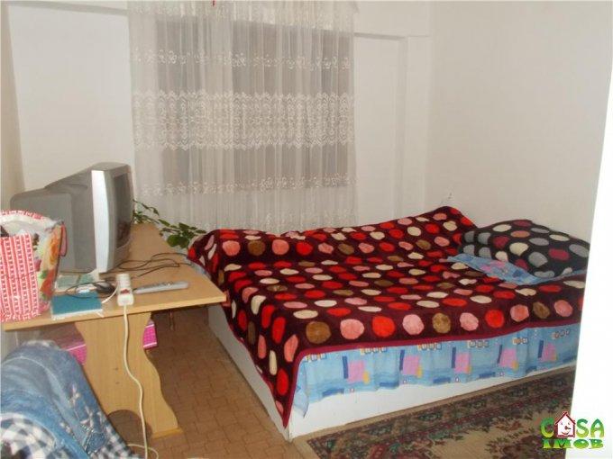 Apartament de vanzare direct de la agentie imobiliara, in Targoviste, in zona Micro 12, cu 23.000 euro. 1 grup sanitar, suprafata utila 54 mp.