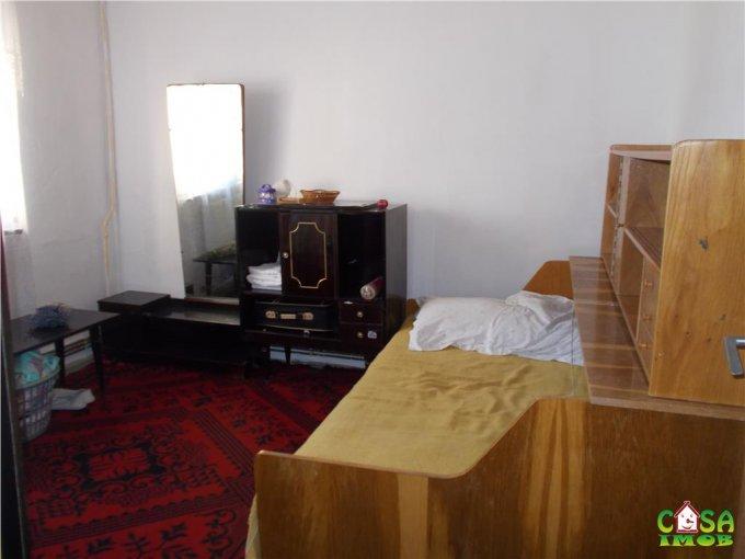 vanzare Apartament Targoviste cu 2 camere, cu 1 grup sanitar, suprafata utila 45 mp. Pret: 25.000 euro.