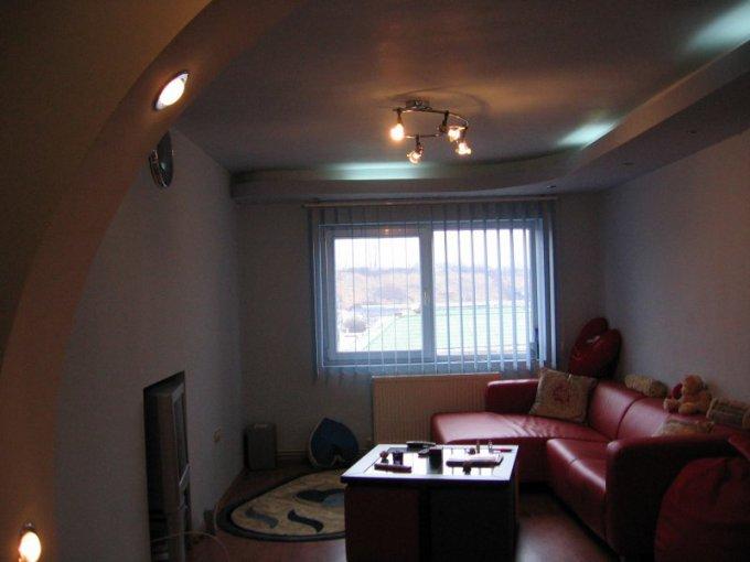 vanzare apartament cu 3 camere, decomandata, in zona Central, orasul Pucioasa